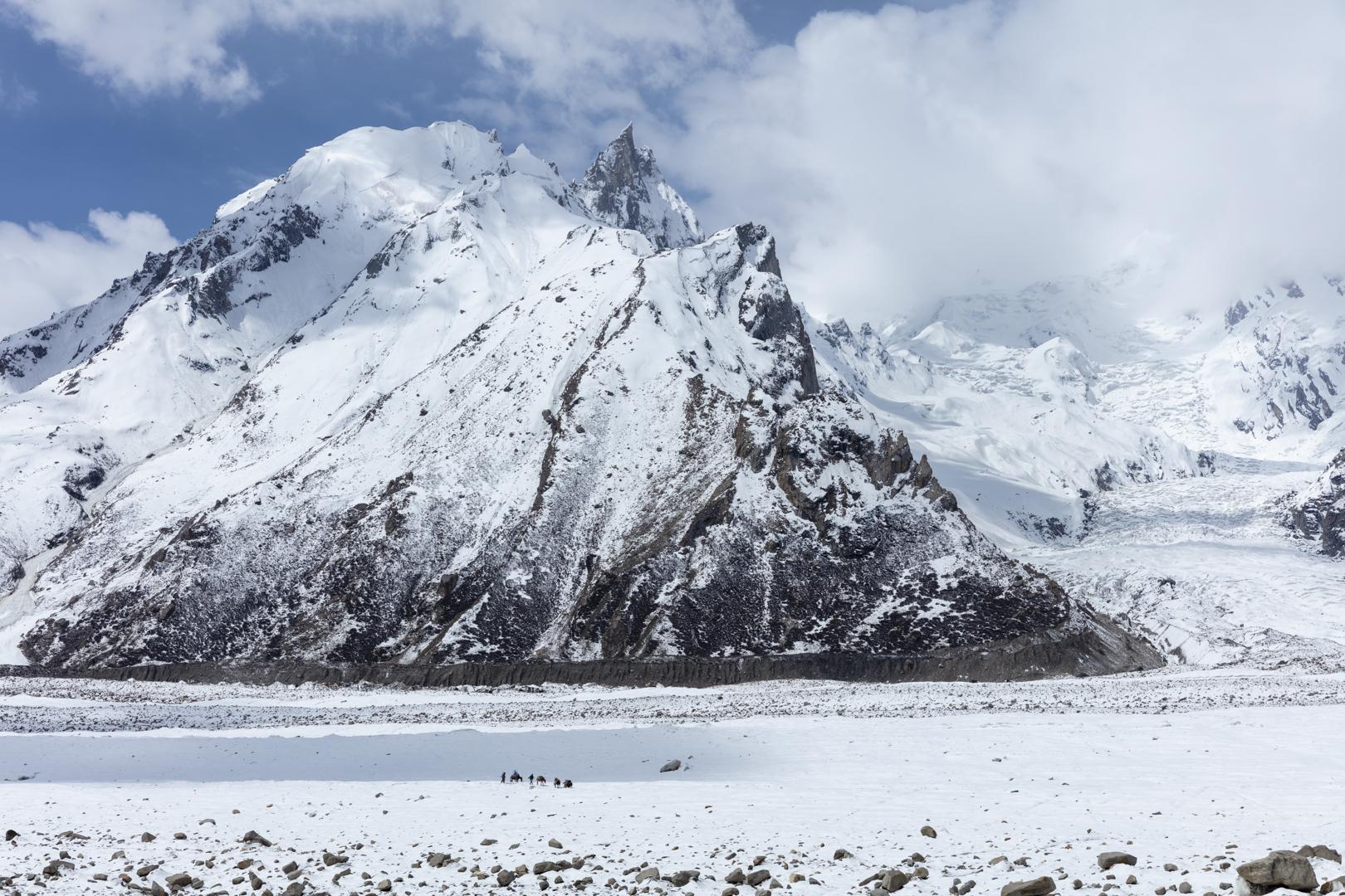 Porters, Biafo Glacier, Panmah Muztagh, Karakoram Mountain, Pakistan