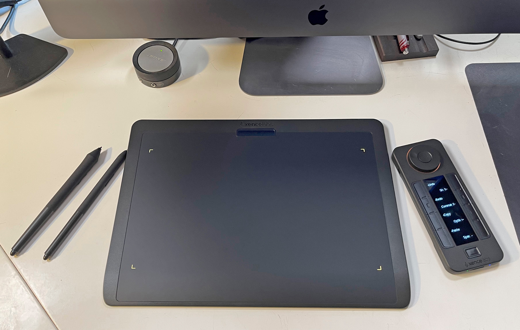 The Xencelab Tablet with two pens and remote